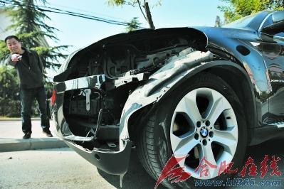 被撞翻的汽车素材黑白